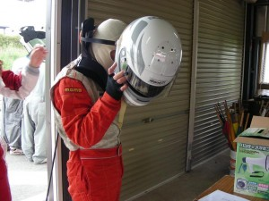 太田選手は首のケアのためカーボンヘルメットとハンスを装着